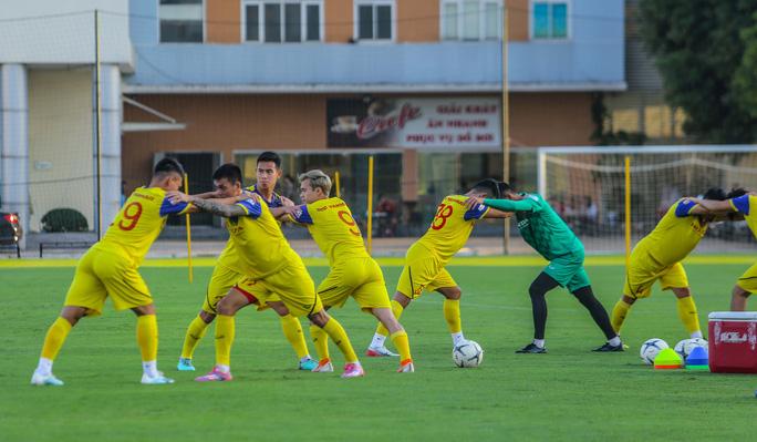 Cận cảnh buổi tập đầu tiên của Đội tuyển Việt Nam chuẩn bị cho trận gặp Thái Lan và UAE - Ảnh 7.
