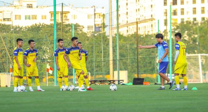 Cận cảnh buổi tập đầu tiên của Đội tuyển Việt Nam chuẩn bị cho trận gặp Thái Lan và UAE - Ảnh 8.