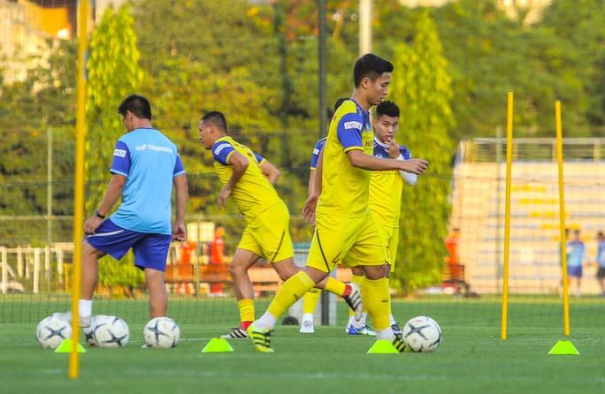 Cận cảnh buổi tập đầu tiên của Đội tuyển Việt Nam chuẩn bị cho trận gặp Thái Lan và UAE - Ảnh 9.