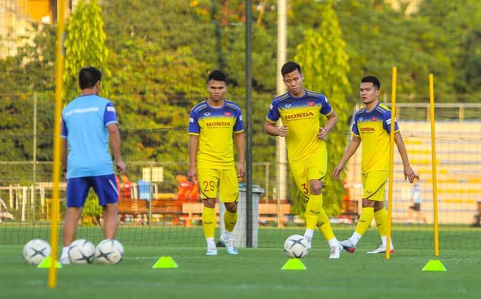 Cận cảnh buổi tập đầu tiên của Đội tuyển Việt Nam chuẩn bị cho trận gặp Thái Lan và UAE - Ảnh 16.