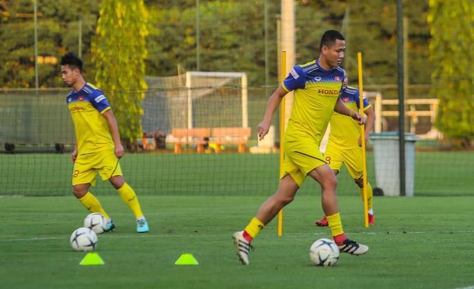 Cận cảnh buổi tập đầu tiên của Đội tuyển Việt Nam chuẩn bị cho trận gặp Thái Lan và UAE - Ảnh 10.
