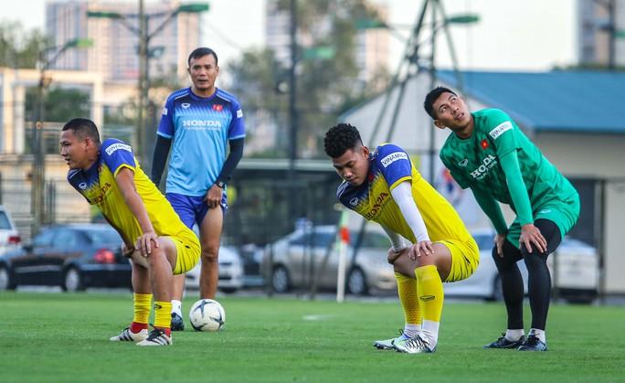 Cận cảnh buổi tập đầu tiên của Đội tuyển Việt Nam chuẩn bị cho trận gặp Thái Lan và UAE - Ảnh 5.