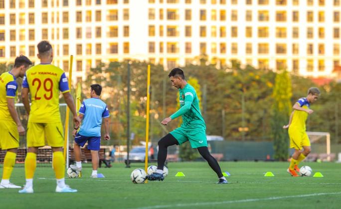 Cận cảnh buổi tập đầu tiên của Đội tuyển Việt Nam chuẩn bị cho trận gặp Thái Lan và UAE - Ảnh 12.