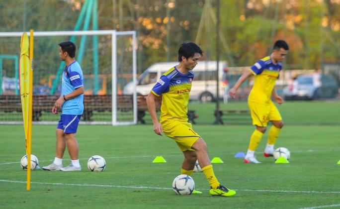 Cận cảnh buổi tập đầu tiên của Đội tuyển Việt Nam chuẩn bị cho trận gặp Thái Lan và UAE - Ảnh 13.