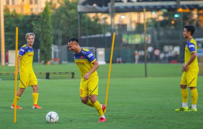 Cận cảnh buổi tập đầu tiên của Đội tuyển Việt Nam chuẩn bị cho trận gặp Thái Lan và UAE - Ảnh 3.