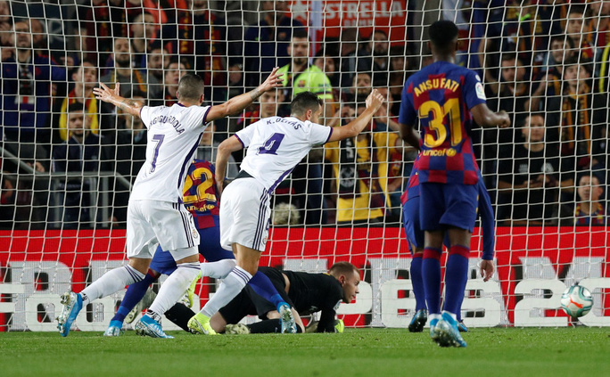 Messi loại đội bóng của Ronaldo, Barcelona tái chiếm La Liga - Ảnh 3.
