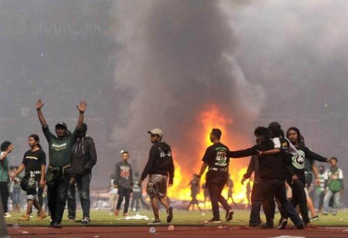 Bạo động kinh hoàng trên sân cỏ Indonesia - Ảnh 3.