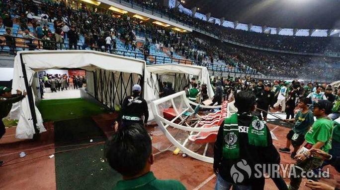 Bạo động kinh hoàng trên sân cỏ Indonesia - Ảnh 1.