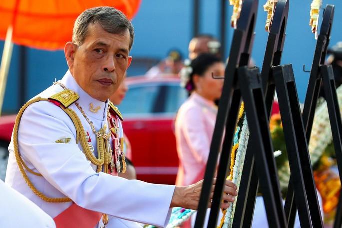 Vua Thái Lan sa thải cận vệ phòng ngủ vì tội thông dâm - Ảnh 1.
