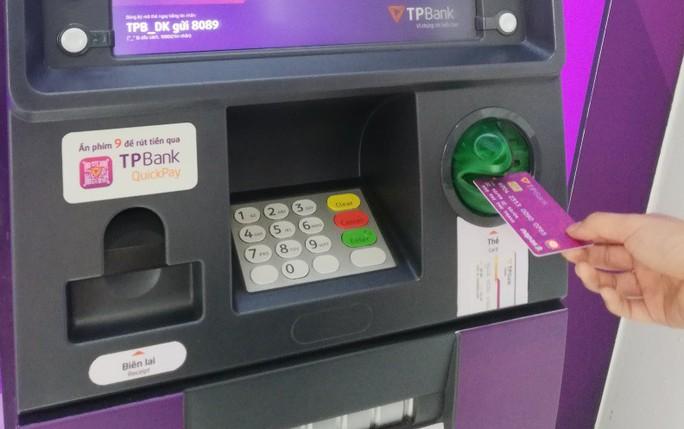 Sớm chuyển đổi sang thẻ chip để không mất tiền khi sử dụng thẻ ATM - Ảnh 1.