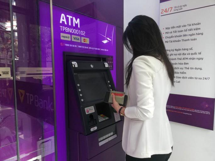 Sớm chuyển đổi sang thẻ chip để không mất tiền khi sử dụng thẻ ATM - Ảnh 2.