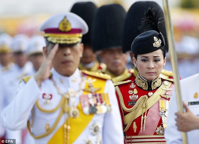 Vua Thái Lan sa thải cận vệ phòng ngủ vì tội thông dâm - Ảnh 3.