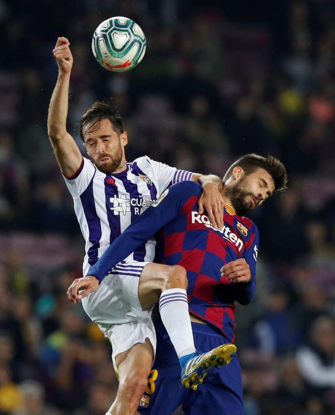 Messi loại đội bóng của Ronaldo, Barcelona tái chiếm La Liga - Ảnh 1.