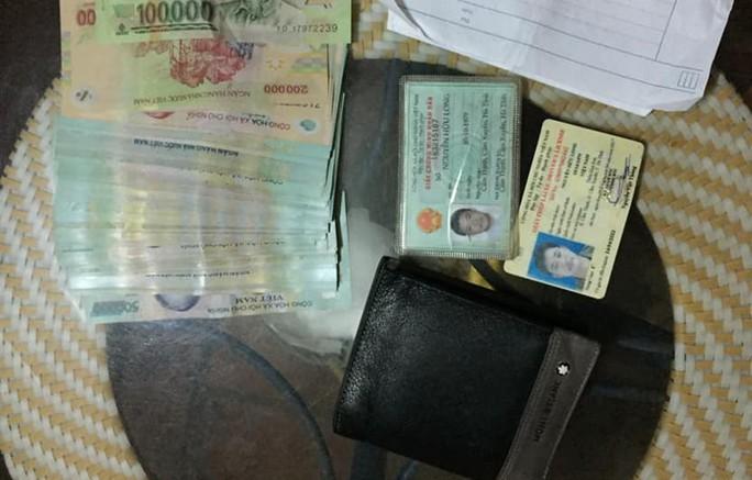 Nhặt được chiếc ví có 45 triệu đồng, nhờ vợ đăng lên Facebook tìm người trả lại - Ảnh 1.