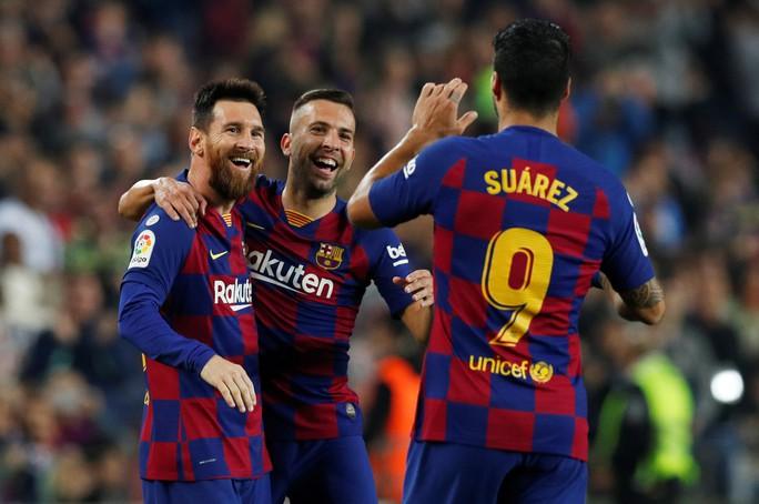 Messi loại đội bóng của Ronaldo, Barcelona tái chiếm La Liga - Ảnh 6.