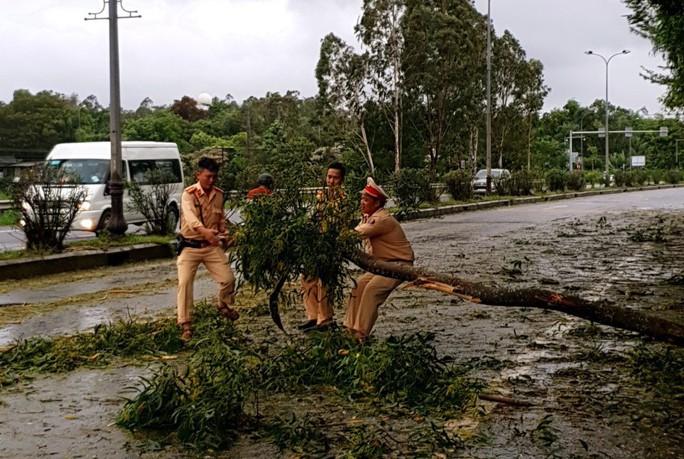 Quảng Nam: Mưa lớn, nước sông đang lên, 1 huyện miền núi bị lũ chia cắt - Ảnh 8.