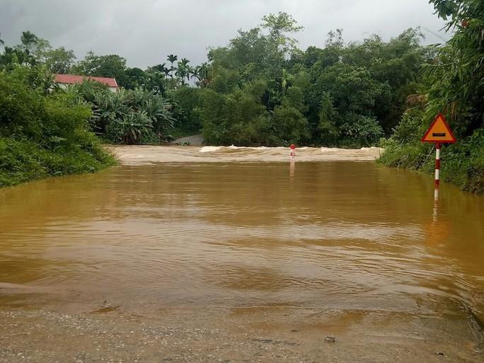 Quảng Nam: Mưa lớn, nước sông đang lên, 1 huyện miền núi bị lũ chia cắt - Ảnh 3.