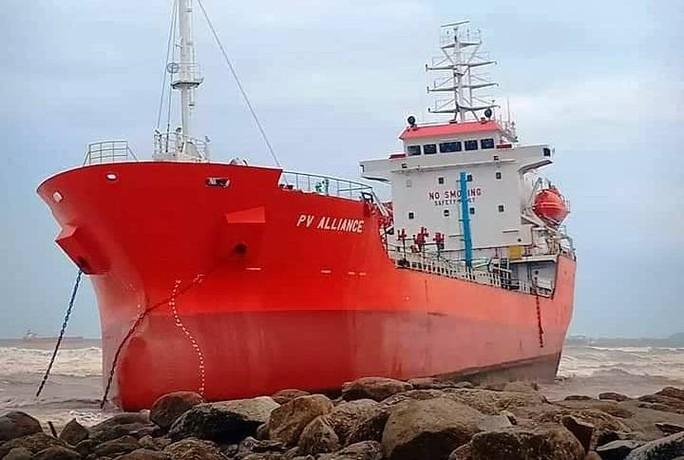 Quảng Ngãi: Lũ lên nhanh, tàu hàng 5.000 tấn bị sóng đánh lên bờ - Ảnh 1.