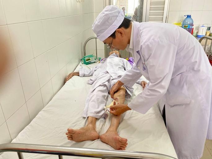 60 phút phẫu thuật gay cấn cứu lấy bàn chân tím tái của cụ bà 104 tuổi - Ảnh 1.