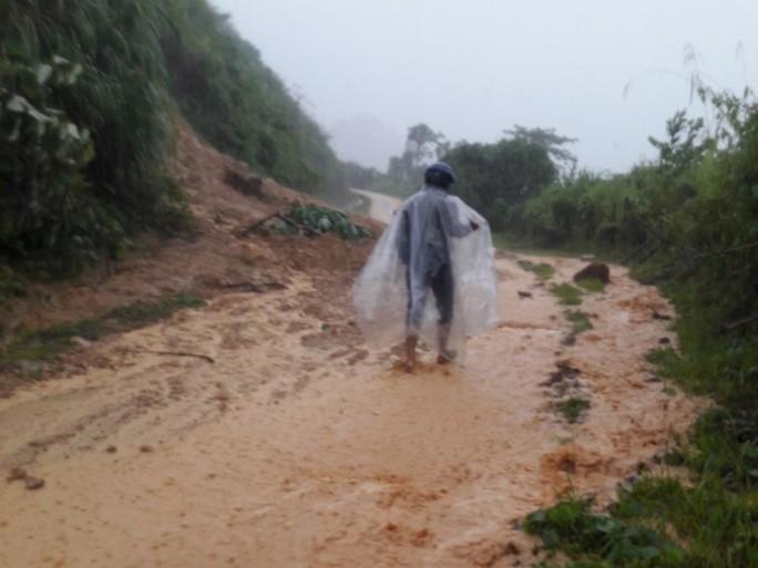 Quảng Nam: Mưa lớn, nước sông đang lên, 1 huyện miền núi bị lũ chia cắt - Ảnh 1.