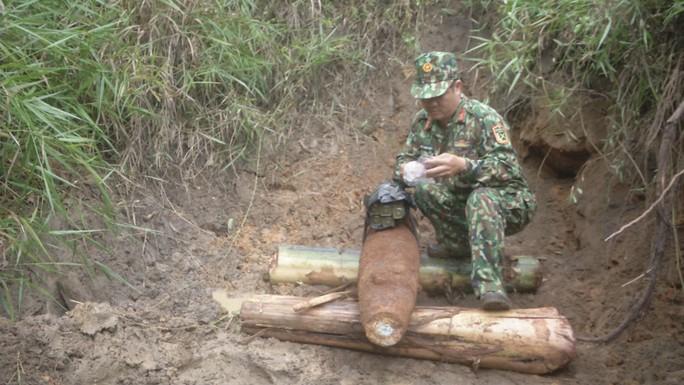San ủi vườn, tá hỏa phát hiện quả bom nặng 114kg - Ảnh 1.