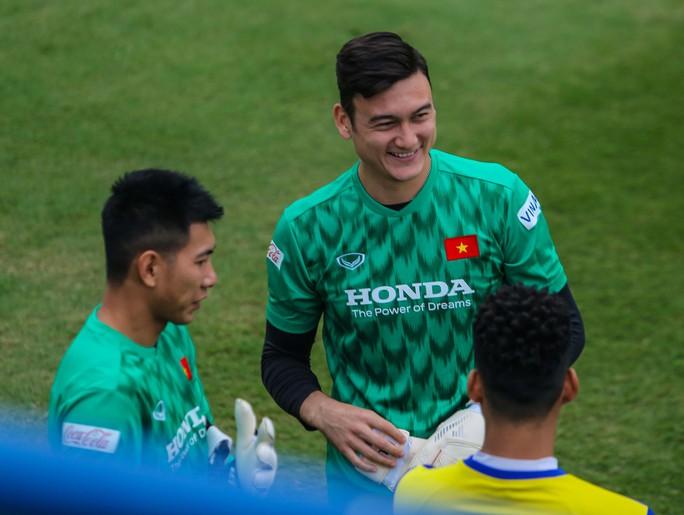 Văn Lâm rạng ngời trong ngày trở lại đội tuyển - Ảnh 2.