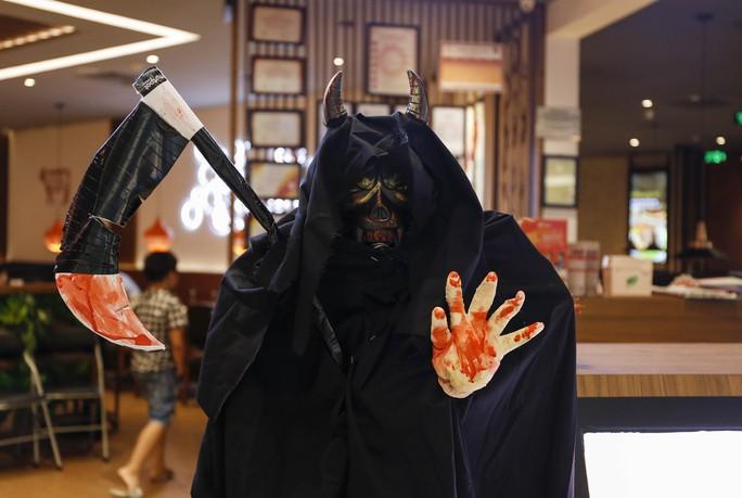Giới trẻ TP HCM với những sắc thái mùa Halloween - Ảnh 2.