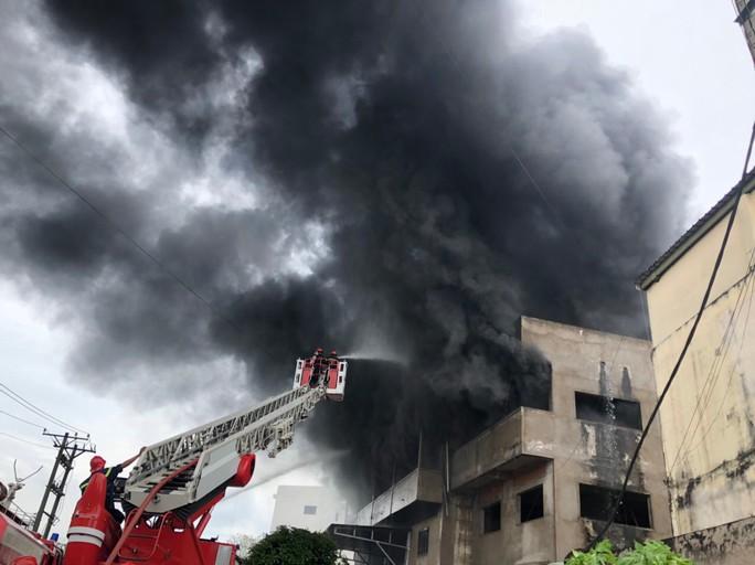 Xưởng sản xuất nệm mút ở TP HCM đang cháy lớn - Ảnh 1.