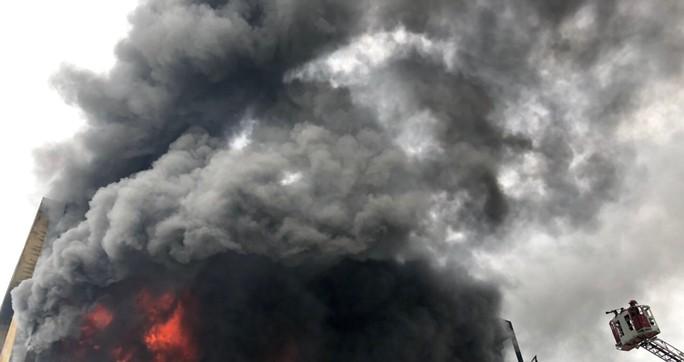 Xưởng sản xuất nệm mút ở TP HCM đang cháy lớn - Ảnh 2.