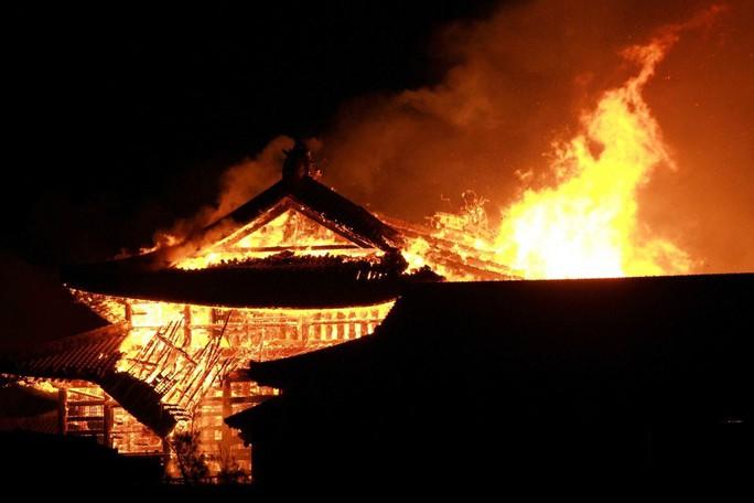 Clip: Báu vật quốc gia Nhật Bản chìm trong biển lửa - Ảnh 2.