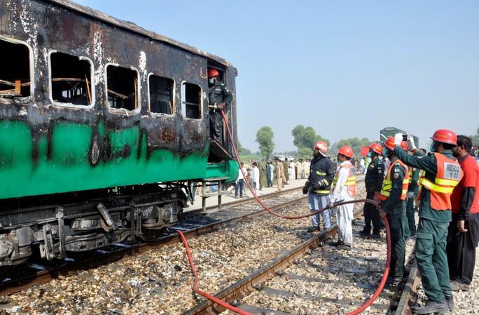 Bà hỏa viếng xe lửa đang chạy, ít nhất 73 người tử vong - Ảnh 1.