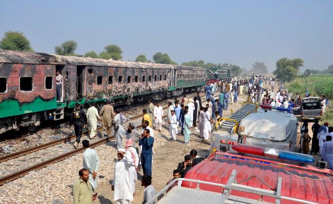 Bà hỏa viếng xe lửa đang chạy, ít nhất 73 người tử vong - Ảnh 3.