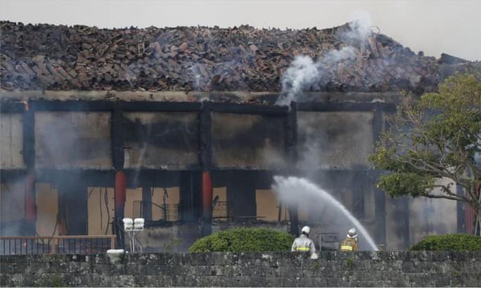 Clip: Báu vật quốc gia Nhật Bản chìm trong biển lửa - Ảnh 4.