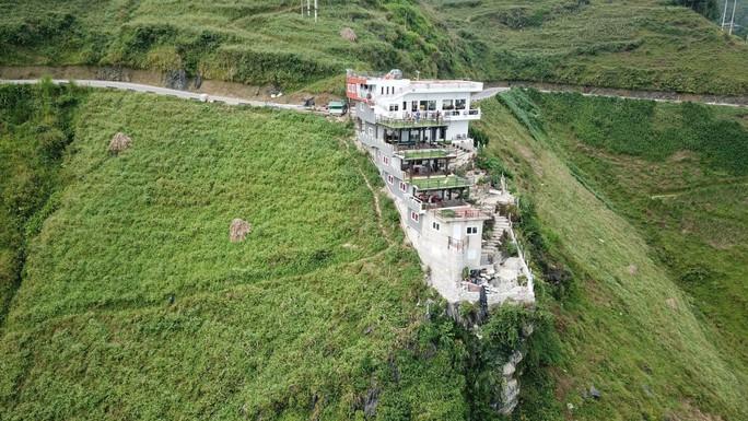 Nhà hàng, nhà nghỉ cao 7 tầng mọc lên trên đèo Mã Pí Lèng chưa được cấp phép xây dựng - Ảnh 1.