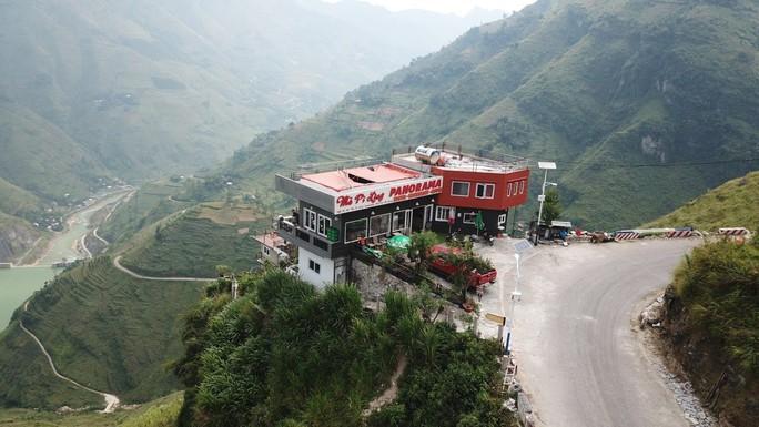 Nhà hàng, nhà nghỉ cao 7 tầng mọc lên trên đèo Mã Pí Lèng chưa được cấp phép xây dựng - Ảnh 2.