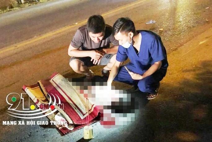 Hai bà cháu sang đường bị xe ôtô khách tông tử vong thương tâm - Ảnh 1.