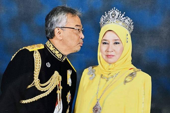 """Hoàng hậu Malaysia bị """"cướp"""" nụ hôn - Ảnh 1."""