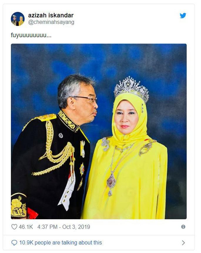 """Hoàng hậu Malaysia bị """"cướp"""" nụ hôn - Ảnh 2."""