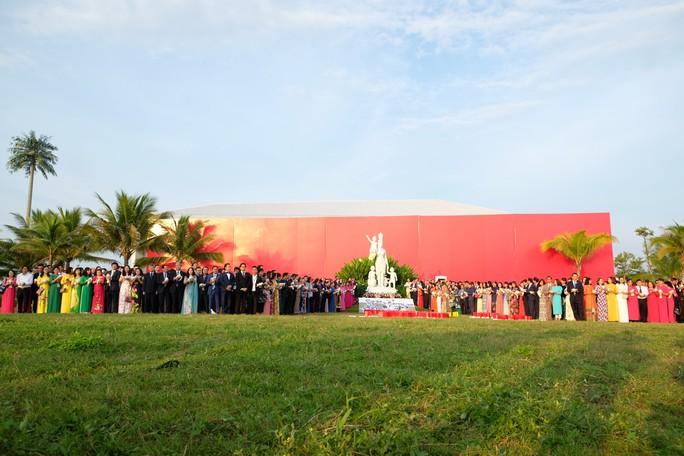 Doanh nhân ba miền cùng chào cờ dưới tượng đài Mẹ Việt Nam tại Đà Nẵng - Ảnh 2.