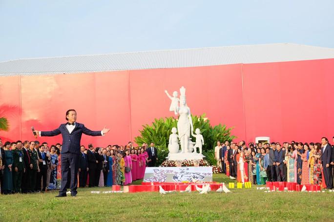 Doanh nhân ba miền cùng chào cờ dưới tượng đài Mẹ Việt Nam tại Đà Nẵng - Ảnh 9.
