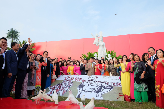 Doanh nhân ba miền cùng chào cờ dưới tượng đài Mẹ Việt Nam tại Đà Nẵng - Ảnh 11.