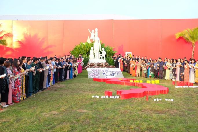 Doanh nhân ba miền cùng chào cờ dưới tượng đài Mẹ Việt Nam tại Đà Nẵng - Ảnh 3.
