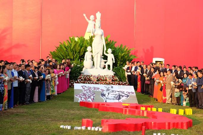 Doanh nhân ba miền cùng chào cờ dưới tượng đài Mẹ Việt Nam tại Đà Nẵng - Ảnh 5.
