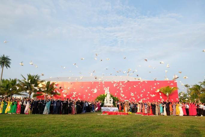 Doanh nhân ba miền cùng chào cờ dưới tượng đài Mẹ Việt Nam tại Đà Nẵng - Ảnh 6.