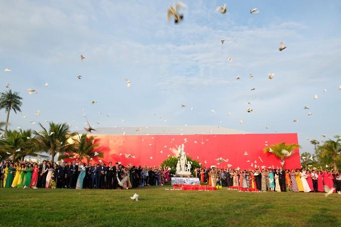 Doanh nhân ba miền cùng chào cờ dưới tượng đài Mẹ Việt Nam tại Đà Nẵng - Ảnh 7.