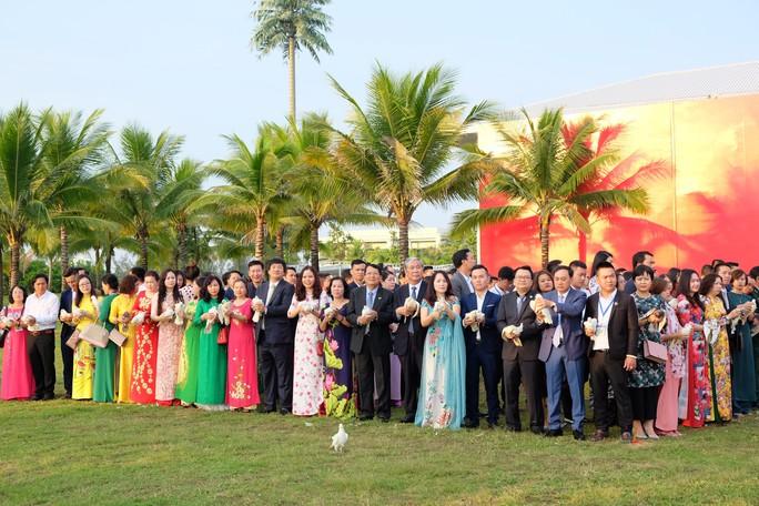 Doanh nhân ba miền cùng chào cờ dưới tượng đài Mẹ Việt Nam tại Đà Nẵng - Ảnh 4.