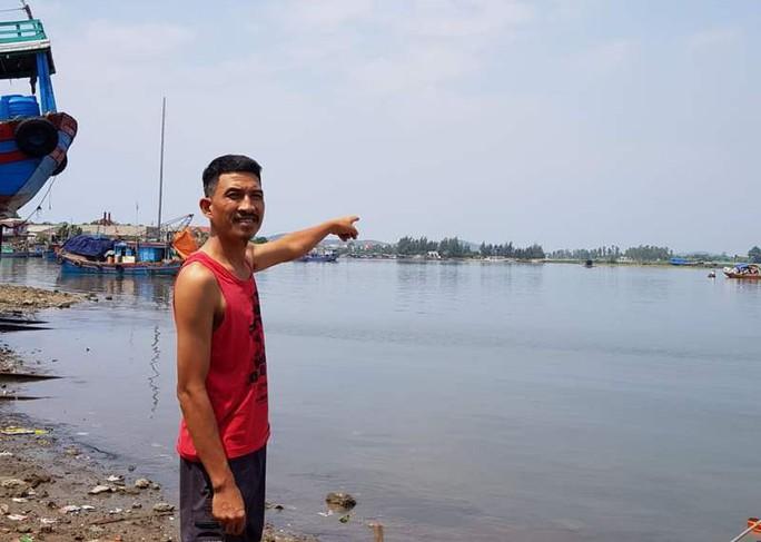 Người đàn ông vứt xe 3 gác lao xuông sông cứu 5 cháu nhỏ đuối nước - Ảnh 1.