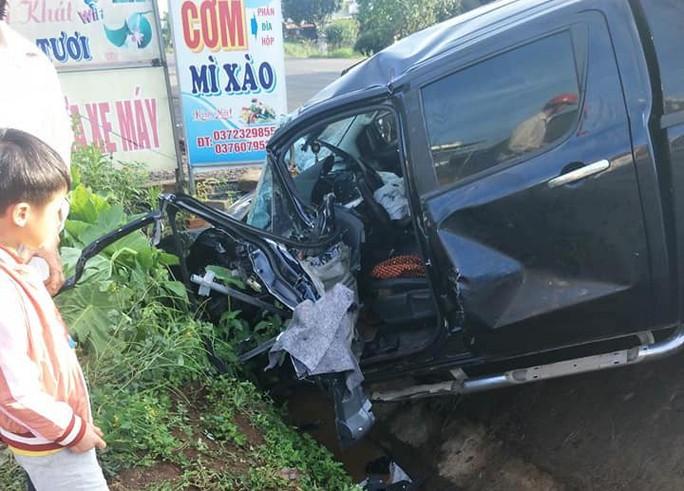 Xe khách lấn đường tông bay xe bán tải, 1 ngườ bị thương - Ảnh 2.
