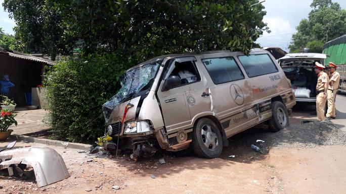 Tai nạn liên hoàn giữa 3 xe ôtô và một xe container, khiến 3 người bị thương - Ảnh 1.
