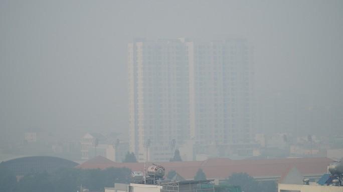 Bầu trời mù mịt đến khó tin ở đại lộ Võ Văn Kiệt sáng 6-10 - Ảnh 1.